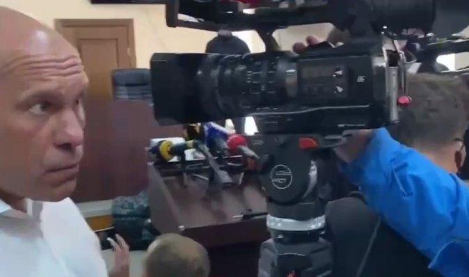 """""""Не треба ставити ж*пу перед обличчям"""": Кива на суді посварився з оператором (відео)"""