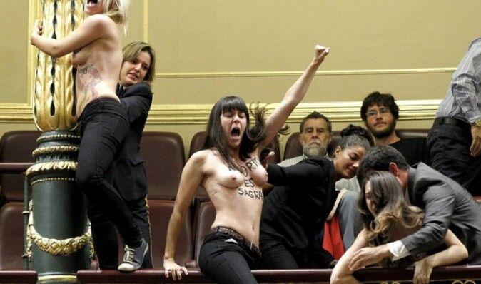 Активистки Femen сорвали заседание парламента Испании