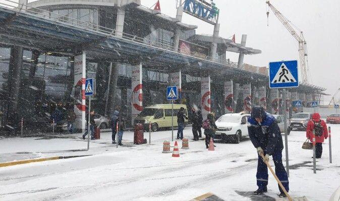 """Из-за сложных погодных условий аэропорт """"Киев"""" не смог ночью принять самолеты"""