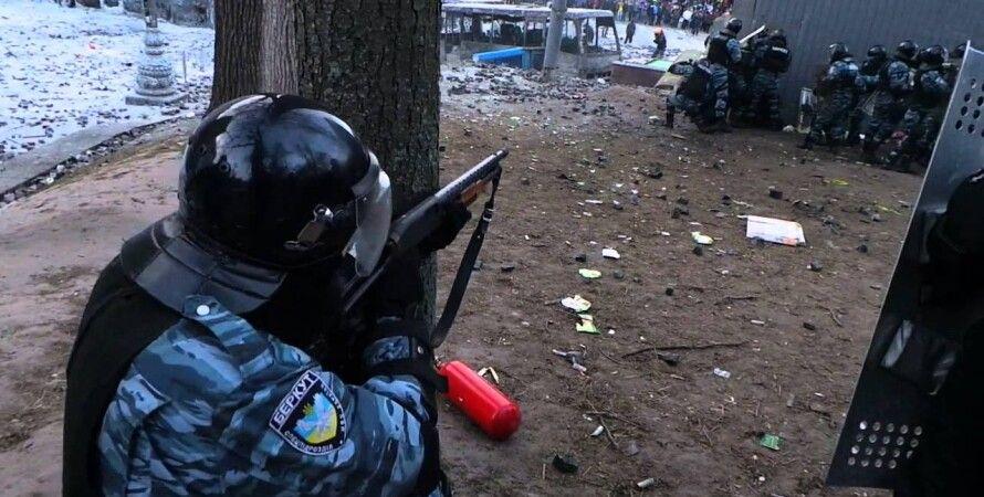 "Боец ""Беркута"" ведет огонь по протестующим / Скриншот YouTube"