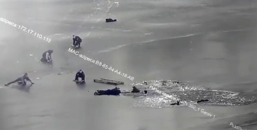 патрульні врятували провалилися під лід людей