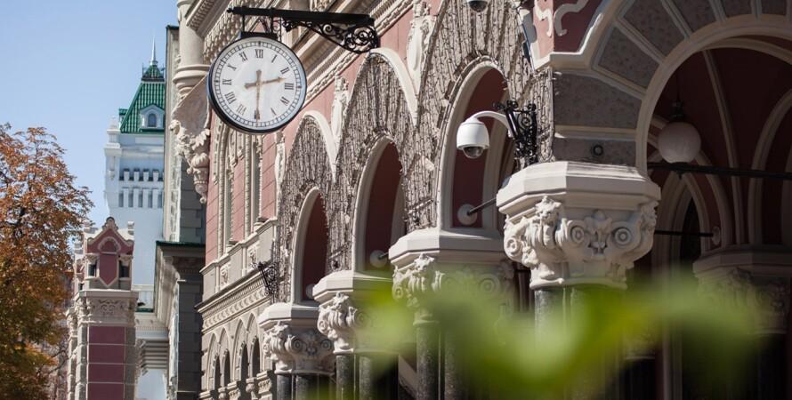 Национальный банк, вход в здание, часы