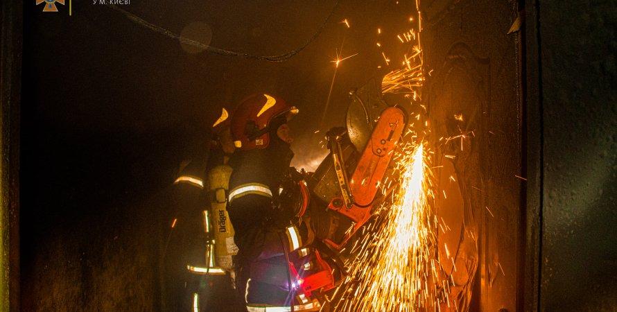 В Киеве во время пожара в многоэтажке погибла женщина
