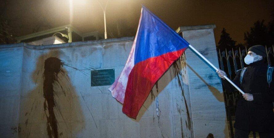 кровь, путин, посольство рф в праге, облили кровью, облили кетчупом, кровь на руках путинского режима, россия, прага