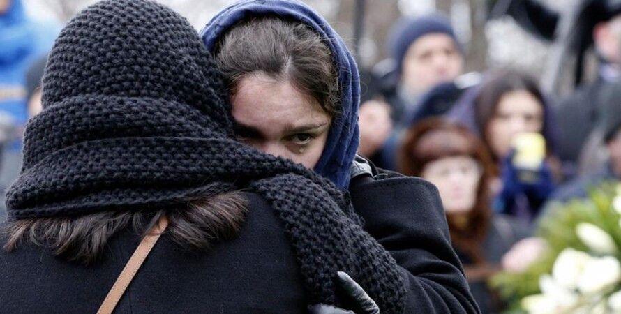 Жанна Немцова во время похорон отца / Фото: Reuters