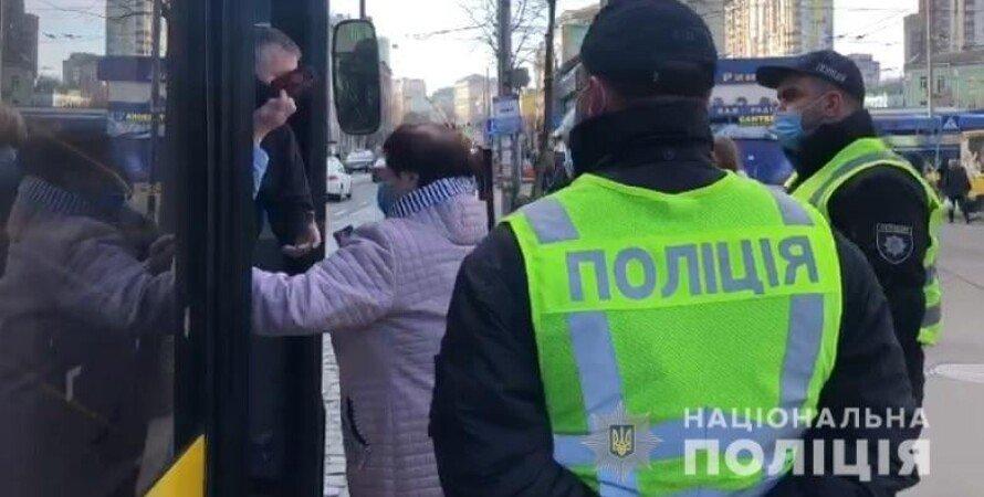 громадський транспорт, поліцейські на зупинці, переповнений автобус