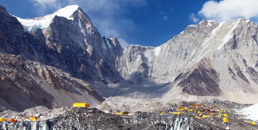базовый лагерь, альпинисты, эверест, вспышка коронавируса, фото