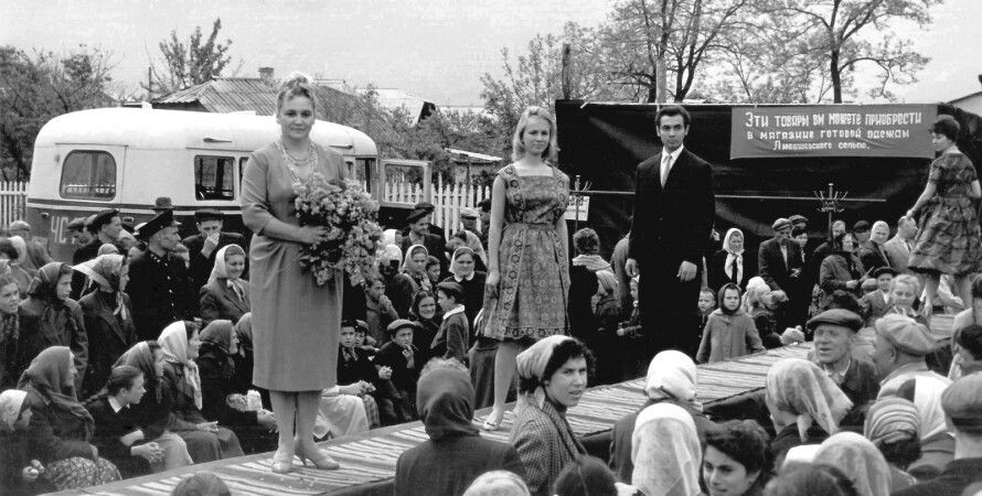 Демонстрация одежды на прилавках одного из сельских рынков.