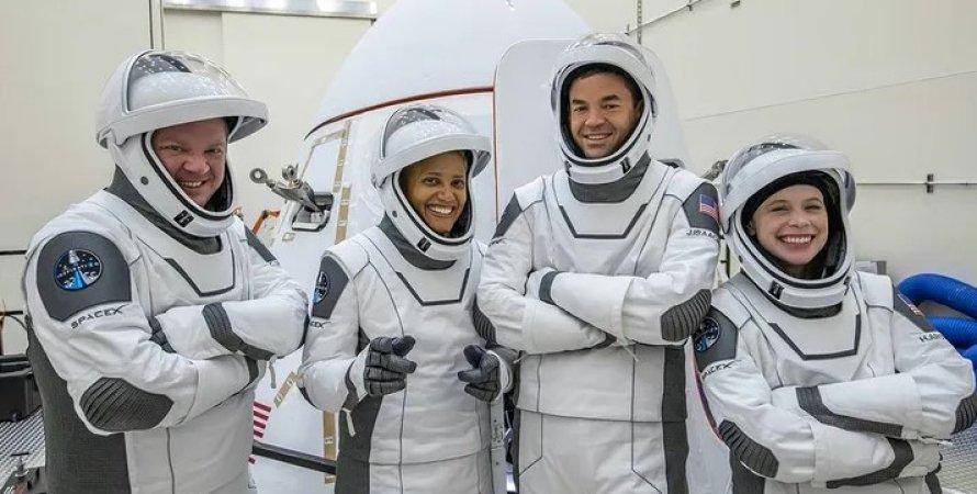 Екіпаж місії Inspiration4. Зліва направо Кріс Семброскі, Сіан Проктор, Джаред Ісаакман і Гейлі Арсено.