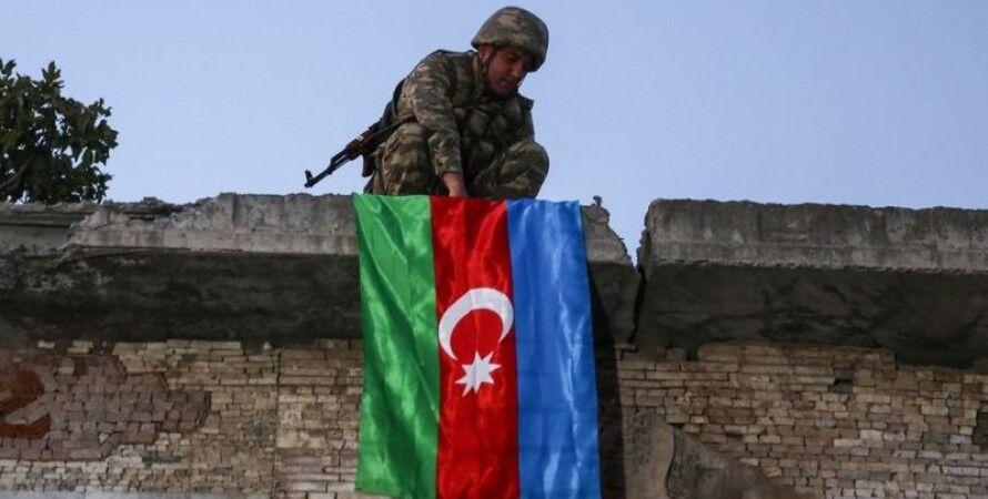 Азербайджанские солдаты обезглавливают армянского старика, отрезают голову, отрезать голову
