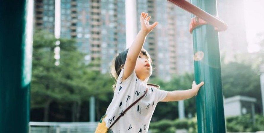 Дитина тягне руку вгору