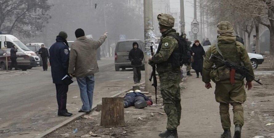 Украинские военные на месте обстрела в Мариуполе, 24 января 2015 / Фото: Reuters