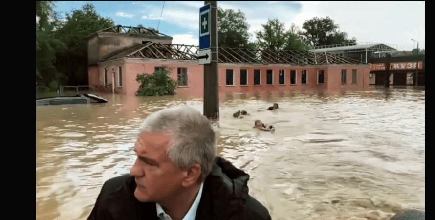 потоп в керчі, вулиця, люди пливуть, фото