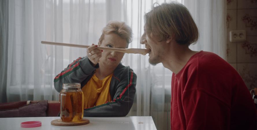 """""""Мої думки тихі-2"""", кадр из фильма, ложка меда, мать и сын"""