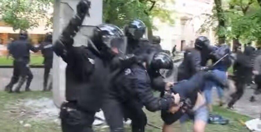 Во Львове пытались снести памятник Степану Тудору / Скриншот видео