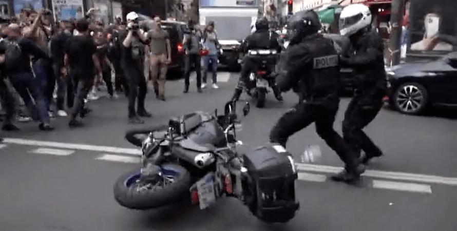 Акция протеста против обязательной вакцинации в Париже