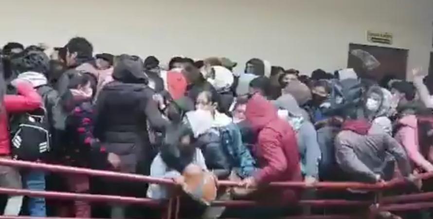 трагедія в Болівії, студенти впали з 5 поверху університету