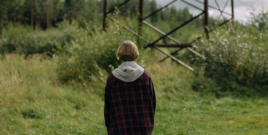 подросток спиной к камере