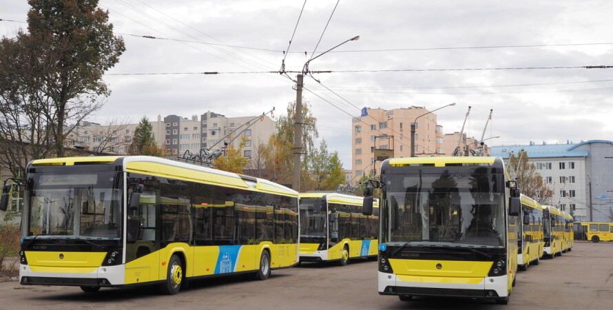Троллейбусы, новые, стоят на улице