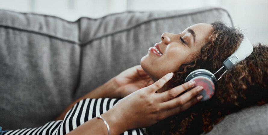 дівчина, навушники, музика, фото, диван