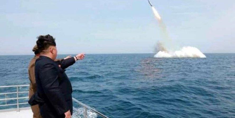 Ким Чен Ын наблюдает запуск ракеты / Фото: EPA