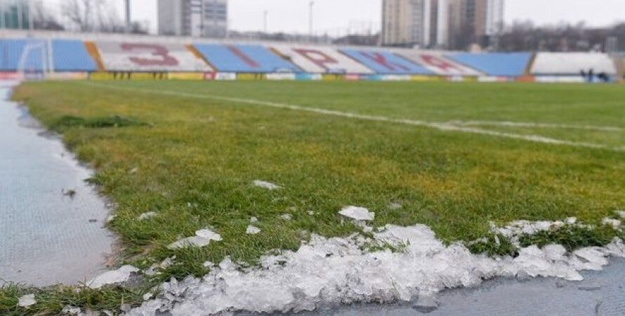"""Стадион """"Звезда"""" покрыт льдом, """"Зирка"""", Кропивницкий, обморожение поля"""