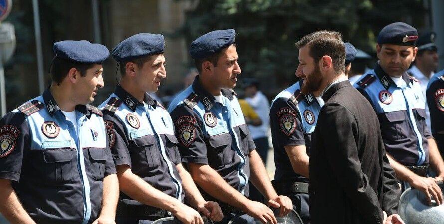 Священник общается с полицейскими в Ереване / Фото: Photolure