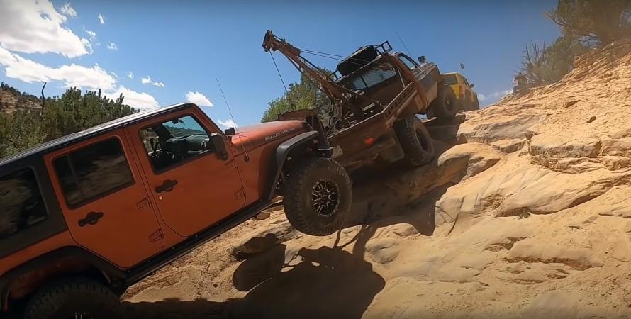 спасение Jeep Wrangler в скалах
