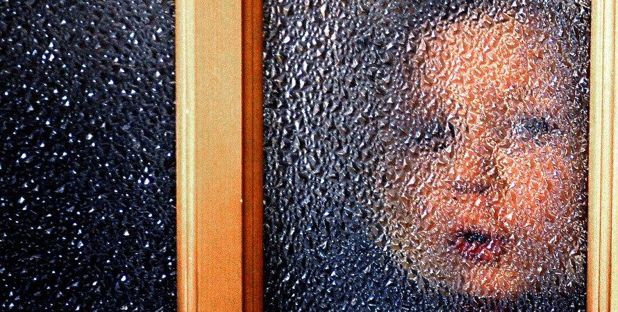 дитина у вікна, дитина за склом, дитячий будинок, сирота