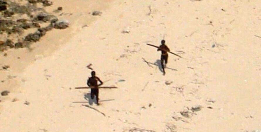 Племя сентинельцев стреляет из луков по вертолету/Фото с сайта indiatoday.in