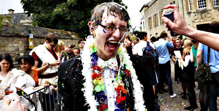 Студенты Оксфорда празднуют сдачу экзаменов / Фото: blogs.ft.com