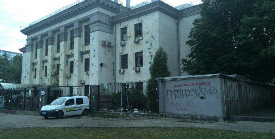 Российское посольство после нападения протестующих / Фото из соцсетей