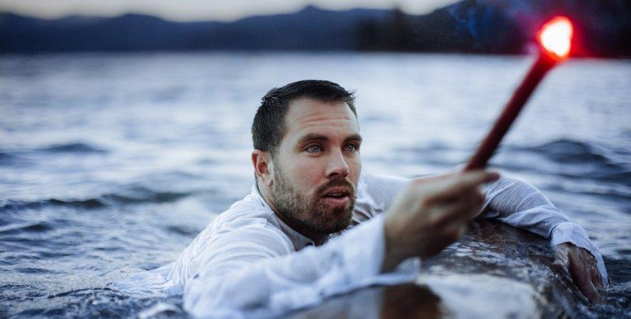 мужчина, вода, море, сигнал бедствия