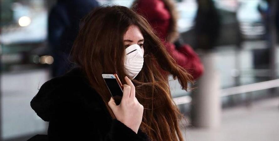 дівчина в масці, вулиця