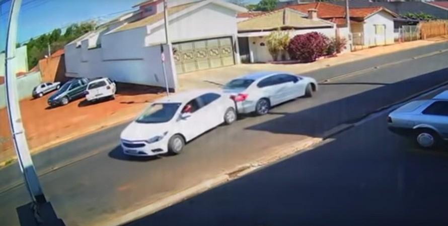 два авто в Бразилии столкнулись, сдавая задним хом