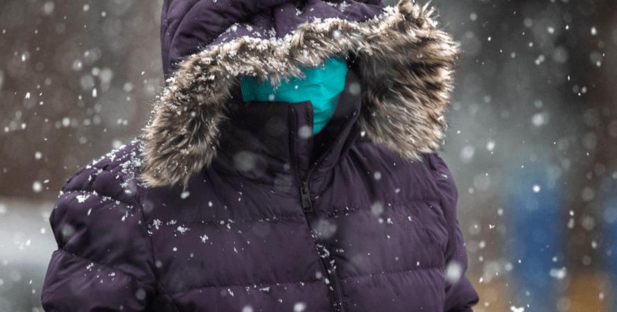 зима, человек в маске на улице