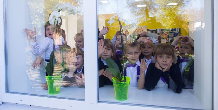 школа, дети у окна
