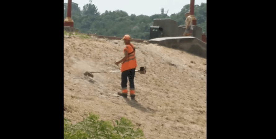 работник с мотокосой, киев, песок, фото