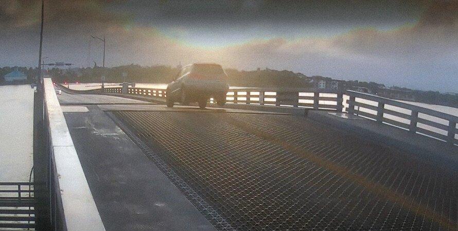 прыжок автомобиля через разводной мост