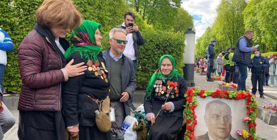 жуков, бабушки, ветеранки, ветераны, потрет жукова, киев, 9 мая, задержание, полиция