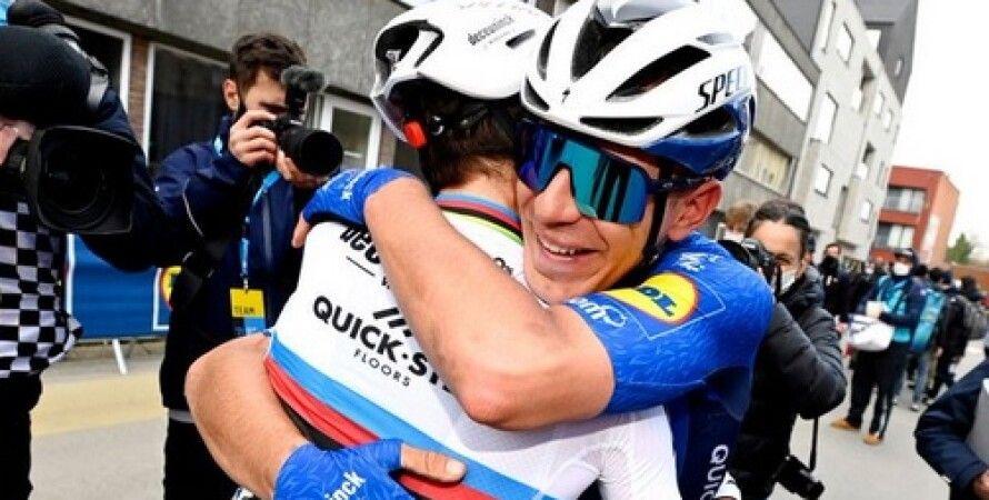 велосипедисты, велогонщики, объятия, гонки, финиш, пандемия коронавируса, COVID-19