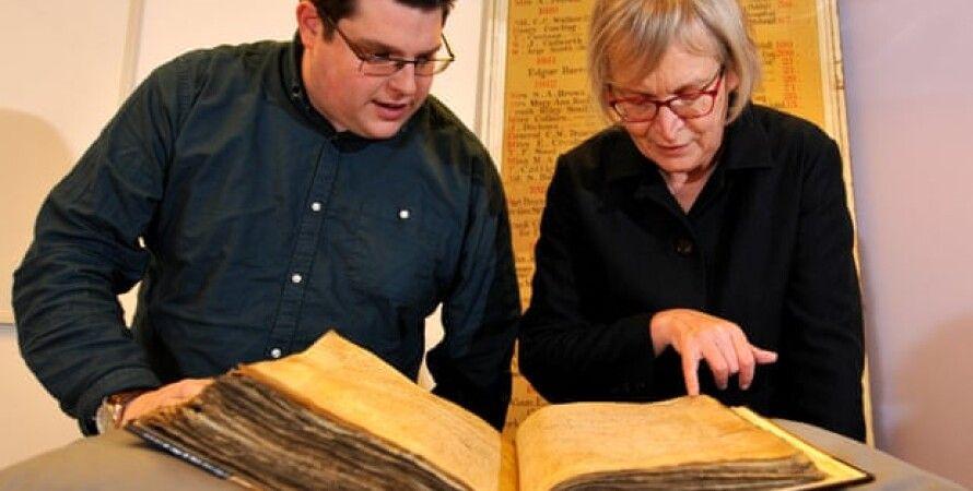 Гэри Брэннан и Сара Рис Джонс изучают архивы. Фото: Университет Йорка