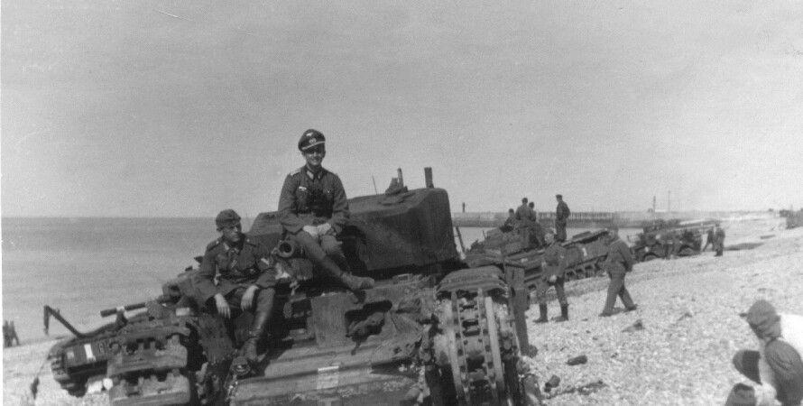 """Немецкие военные позируют для фото на подбитом танке """"Черчилль"""" / Фото: veterans.gc.ca"""
