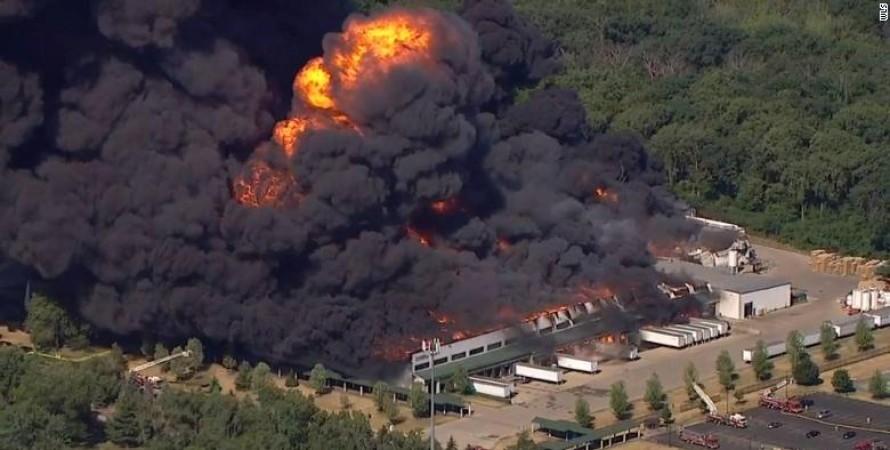пожежа, хімзавод, іллінойс, штат іллінойс, пожежа в сша, Роктон, пожежа в Іллінойсі, хімічний завод, дім