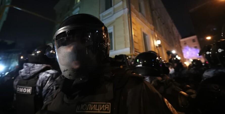 полицейские в защитном снаряжении, улица