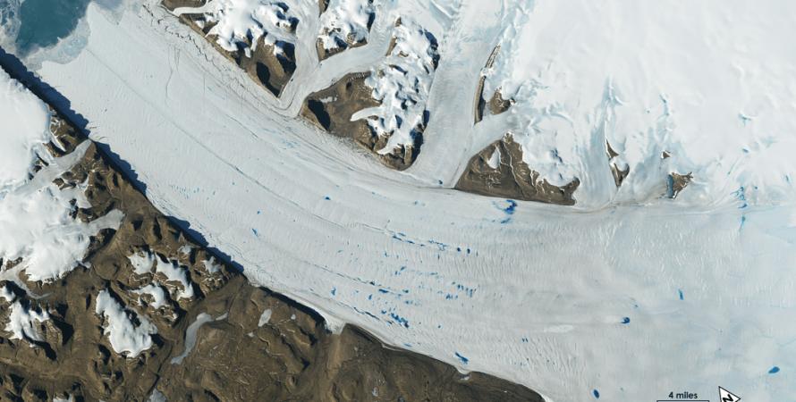 Озера талой воды на поверхности ледника Петерманн в Гренландии. Фото: NASA
