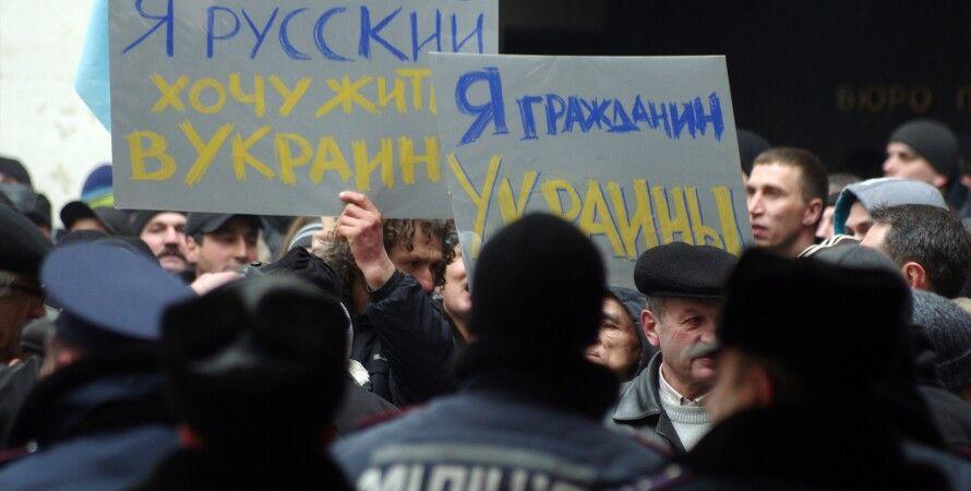Крым, пикет против оккупации, люди с плакатами - фото