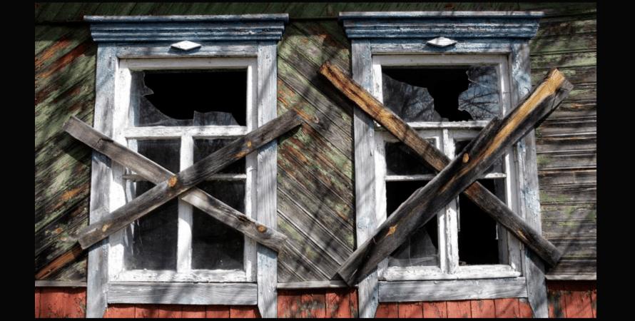 деревянный дом, заколоченные окна, смертность, фото