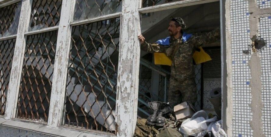 Боец АТО в Марьинке / Фото: Reuters