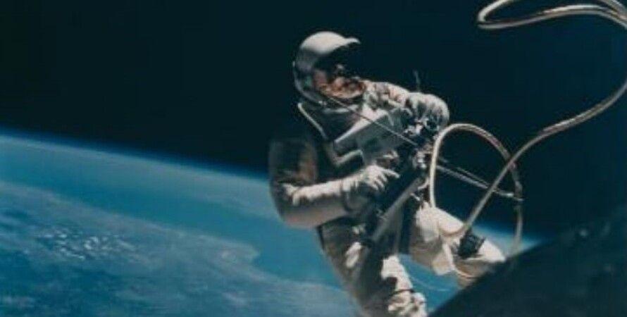 Выход астронавта Эда Уайта в открытый космос
